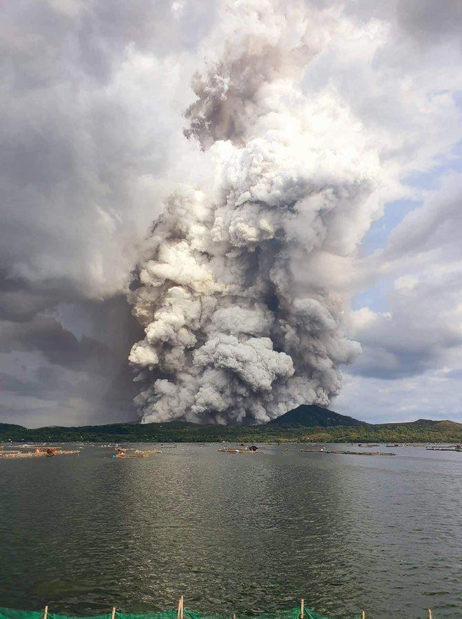 Núi lửa Philipines 'bừng tỉnh' sau nhiều thập kỷ, hàng ngàn người cuống cuồng chạy nạn