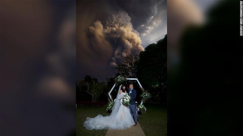 Cặp đôi Philippines kết hôn khi  lửa phun trào ở phía sau