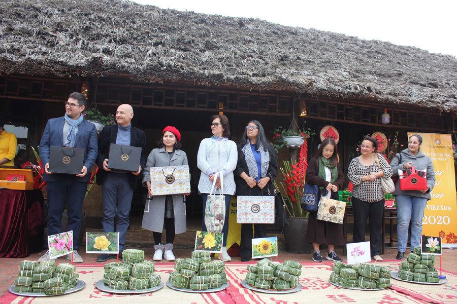 Đại sứ Tây say sưa thi gói bánh chưng, khám phá Tết Việt