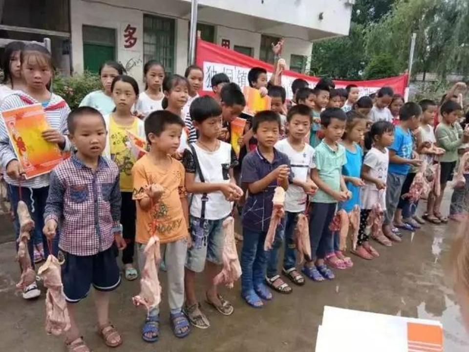 Trung Quốc thưởngthịt lợncho học sinh giỏi