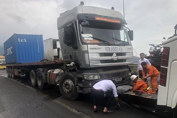 Xe container mất phanh tông vách núi, choán hết đường vào hầm Hải Vân