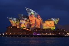 Xem cách nhà hát opera Sydney ca ngợi lính cứu hoả