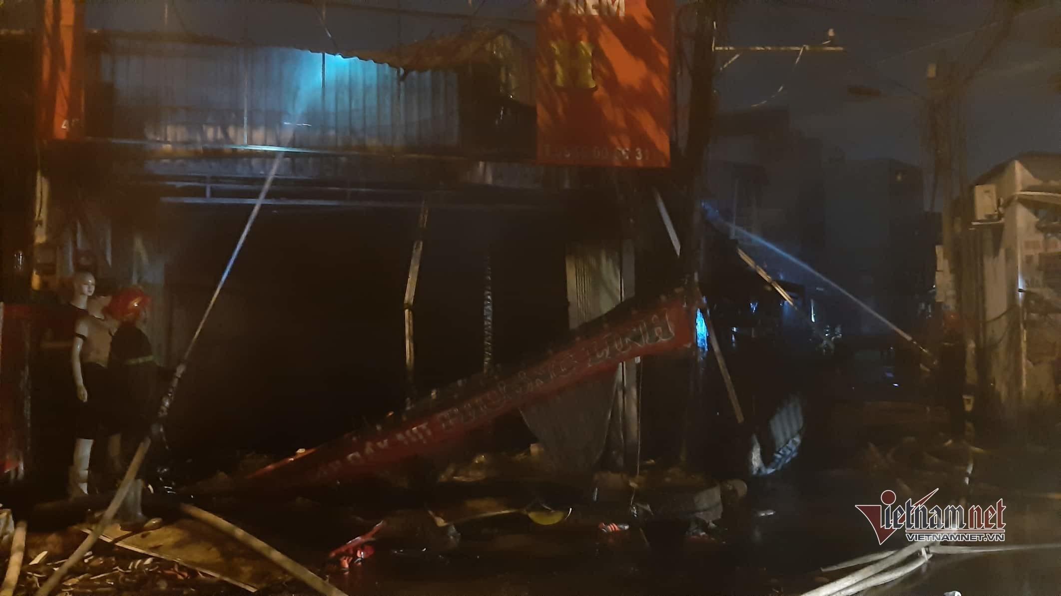 Biển lửa thiêu rụi 10 ki ốt ở vùng ven Sài Gòn