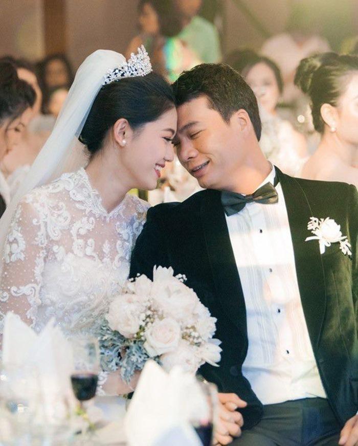 Á hậu Thanh Tú và chồng đại gia hơn 16 tuổi trang hoàng biệt thự trắng đón Tết