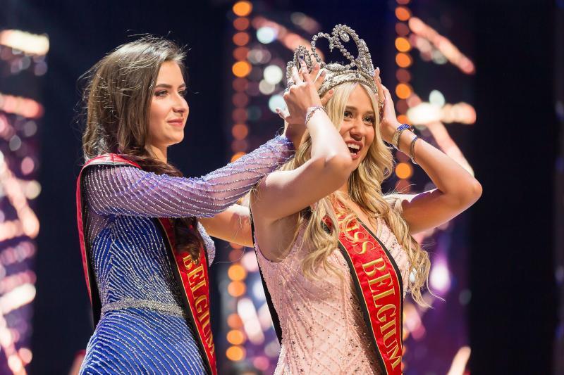 Hoa hậu Bỉ ngã rơi nội y ngay trên sân khấu