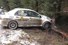 Sáu chiếc ôtô lần lượt tông vào gốc cây ở cùng một khúc cua