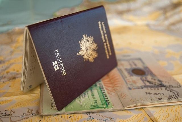 Tốn hàng trăm triệu vì sơ suất để một giọt nước rơi vào hộ chiếu