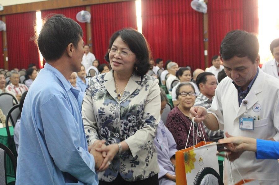 Phó Chủ tịch nước Đặng Thị Ngọc Thịnh thăm, tặng quà chúc tết bệnh nhân ung thư
