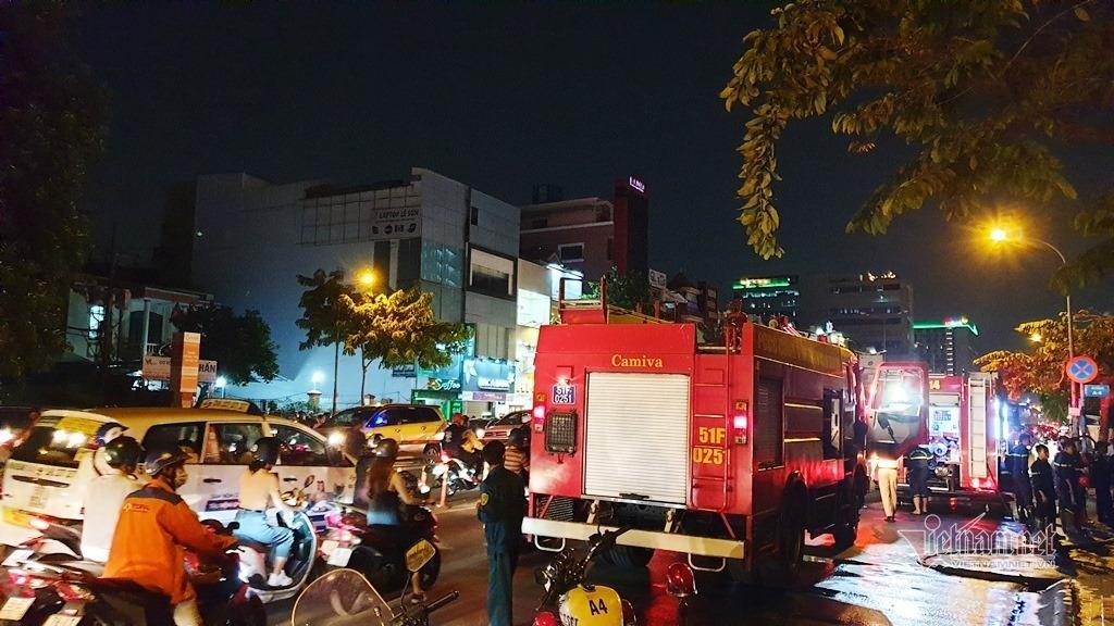 Cháy xe khách trên phố Sài Gòn, nhiều người hốt hoảng tháo chạy
