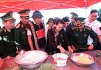 Chủ tịch QH gói bánh chưng cùng chiến sĩ và đồng bào Buôn Đôn