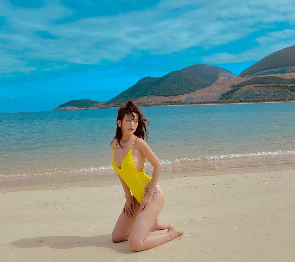 Sĩ Thanh diện bikini khoe thân hình nóng bỏng