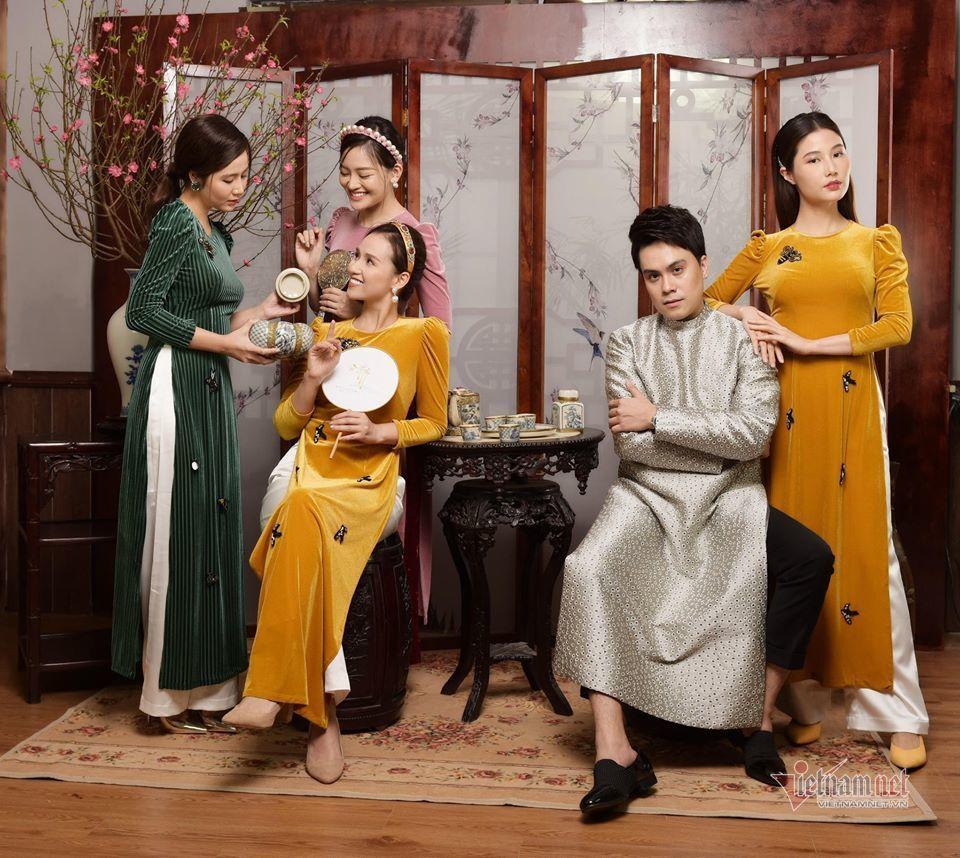 Lã Thanh Huyền cùng hội chị em nổi tiếng mặc áo dài chụp ảnh Tết