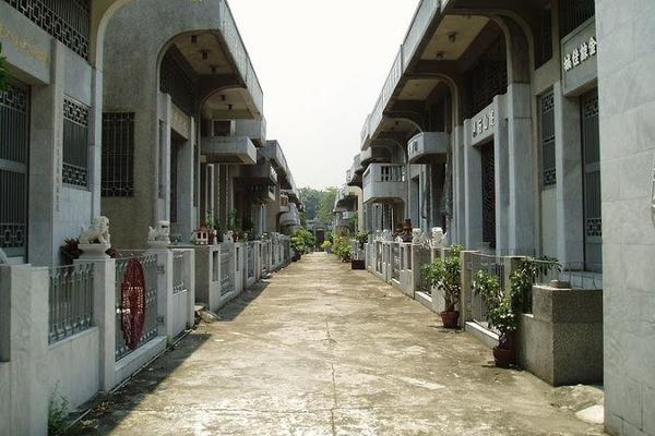 Nghĩa trang nhà giàu: Lăng mộ là những ngôi nhà to đủ tiện nghi, sang hơn cả nhà người sống