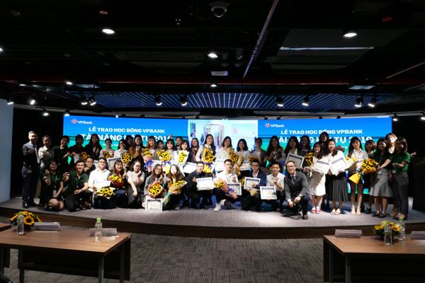 160 sinh viên xuất sắc nhận học bổng từ VPBank
