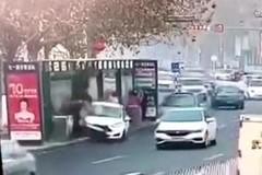 Ô tô lạng lách, mất lái, lao thẳng vào trạm chờ xe buýt