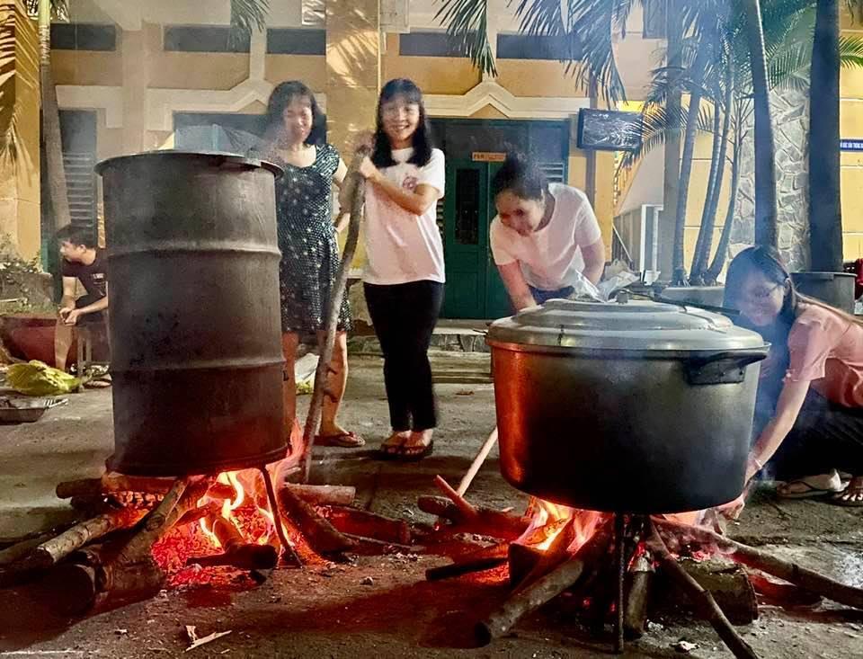 Hiệu trưởng đứng bếp nấu cơm gà 'khổng lồ' đãi đồng nghiệp