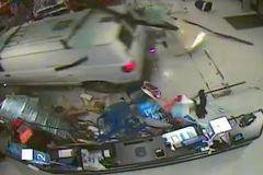 Hãi hùng ô tô đâm nát cửa hàng, khiến 11 người bị thương