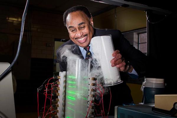 Giáo sư Mỹ khẳng định biết cách chế tạo ra cỗ máy thời gian