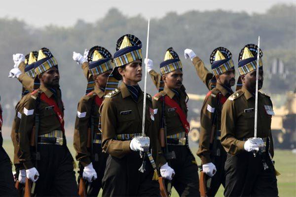 Binh lính, xe tăng, máy bay Ấn Độ rầm rập diễu binh