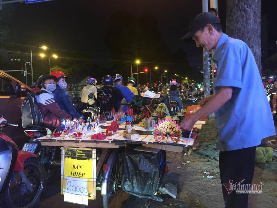 Nỗi buồn của cụ ông bán thiệp Tết trong đêm khuya Sài Gòn
