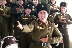 Kim Jong Un cười tươi xem các nữ quân nhân múa hát