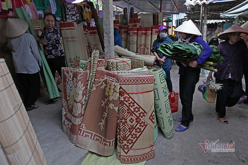 Chị em tay xách, nách mang ở chợ phiên chỉ dành cho phái nữ