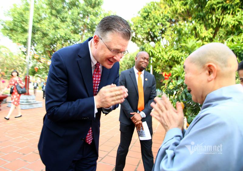 Tiễn ông Công ông Táo, Đại sứ Mỹ được tặng món quà bất ngờ