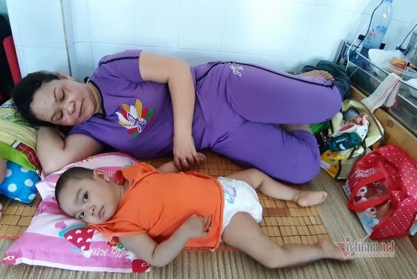 Xót xa bé gái ung thư liệt nửa người chật vật tìm bầu sữa mẹ