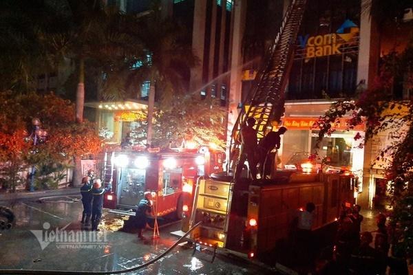 Nhường mặt nạ dưỡng khí cho dân trong đám cháy, 3 chiến sĩ PCCC ngất xỉu