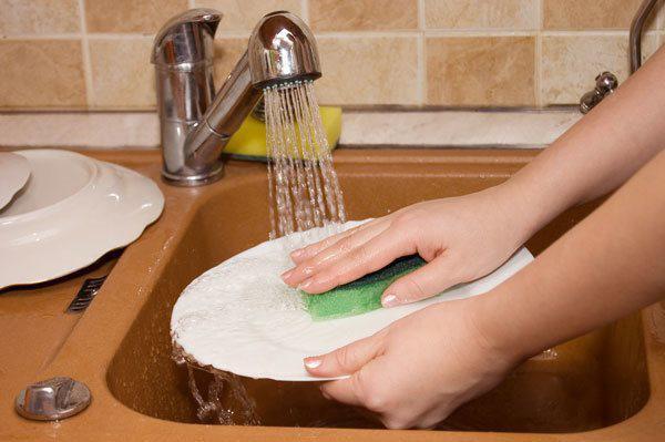 Chồng bị phạt nếu ngày Tết bắt vợ ở nhà rửa bát