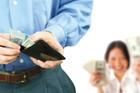 Vợ không đưa tiền cho chồng tiêu Tết nguy cơ bị dính phạt