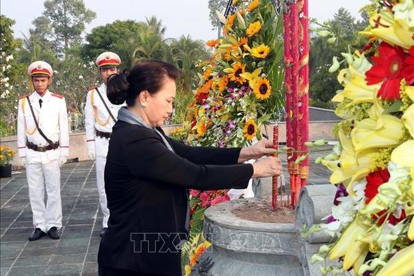 Chủ tịch QH dâng hương tưởng niệm các anh hùng, liệt sĩ tỉnh Bến Tre