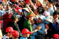 Cảnh sát mặc thường phục bắt trộm cướp trong lễ hội Chùa Bà