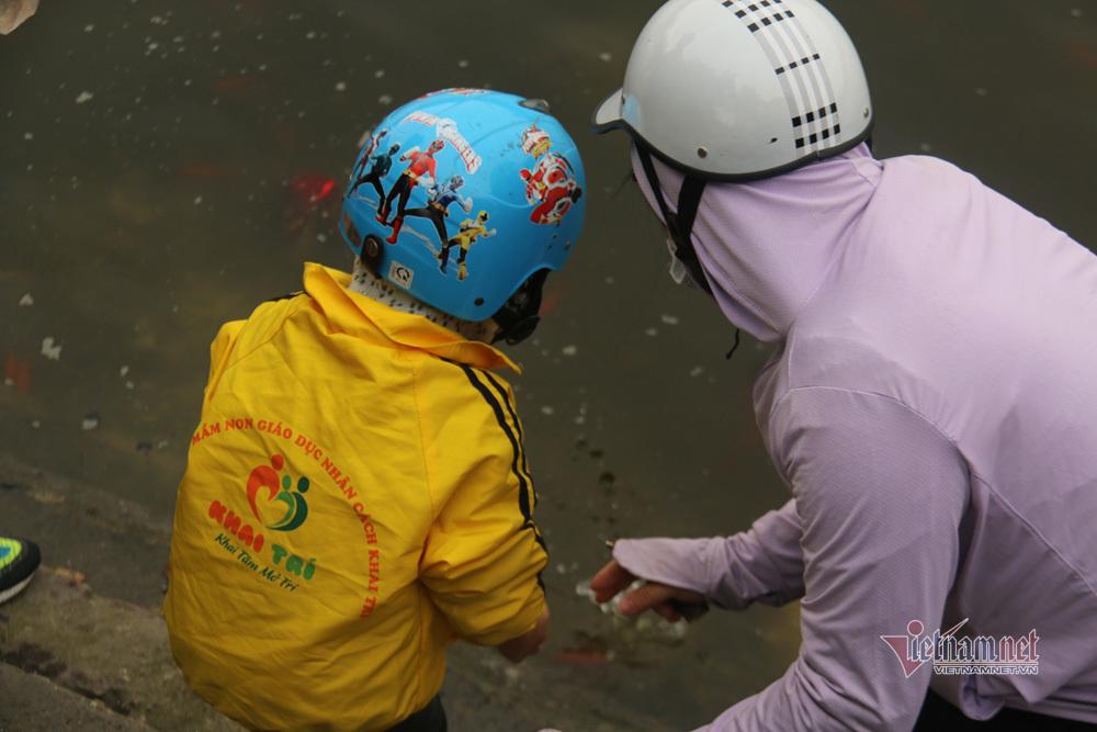 Tránh rác thải nilon, người Hà Nội huy động đủ dụng cụ đựng cá đi thả