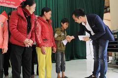 VietNamNet trao 100 suất quà Tết đến tay người nghèo ở Nghệ An