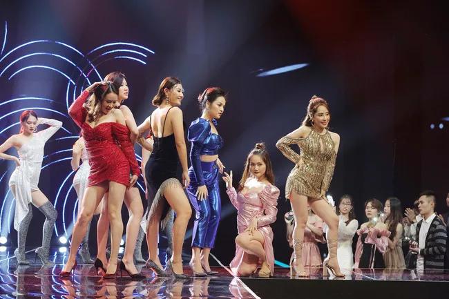 Hồng Diễm, Thu Quỳnh diện đồ sexy quẩy tưng bừng trên nền nhạc 'Đi đu đưa đi'