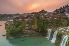 Cổ trấn Phù Dung nghìn năm treo trên thác nước