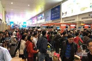 Tân Sơn Nhất ngày 900 chuyến, nhà ga chật ních, cửa ngõ tê liệt
