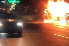 Ô tô cháy rừng rực giữa đường phố đông đúc