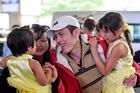 Việt Kiều về quê ăn Tết: Nước mắt, nụ cười ngày đoàn viên ở sân bay