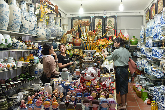 Bat Trang pottery village in days nearing Tet holiday