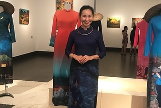 Painter creates unique harmony between Ao Dai and wood-carved paintings
