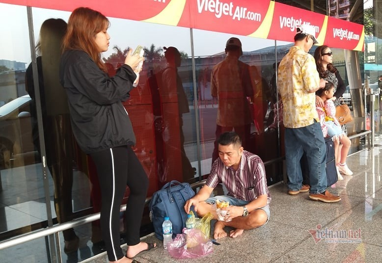 Máy bay 'tắc đường', trăm khách vạ vật ở Tân Sơn Nhất