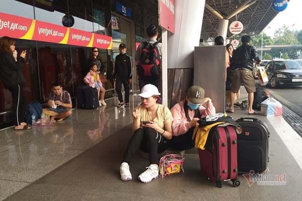 Máy bay 'tắc đường', trăm khách vạ vật ở Tân Sơn Nhất - Ảnh 4.