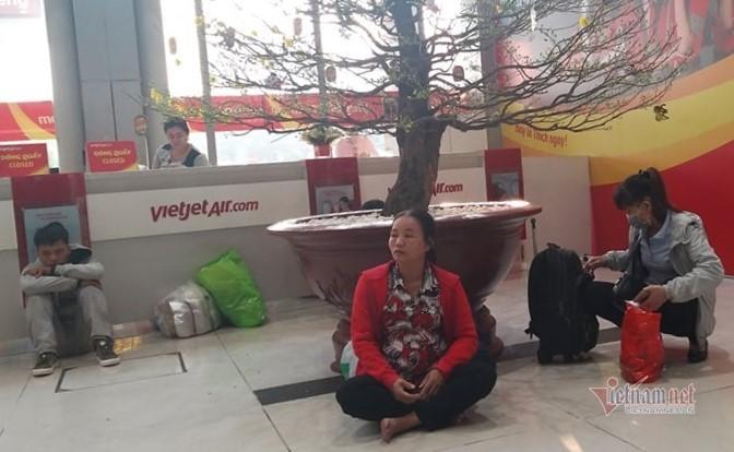 Máy bay 'tắc đường', trăm khách vạ vật ở Tân Sơn Nhất - Ảnh 7.