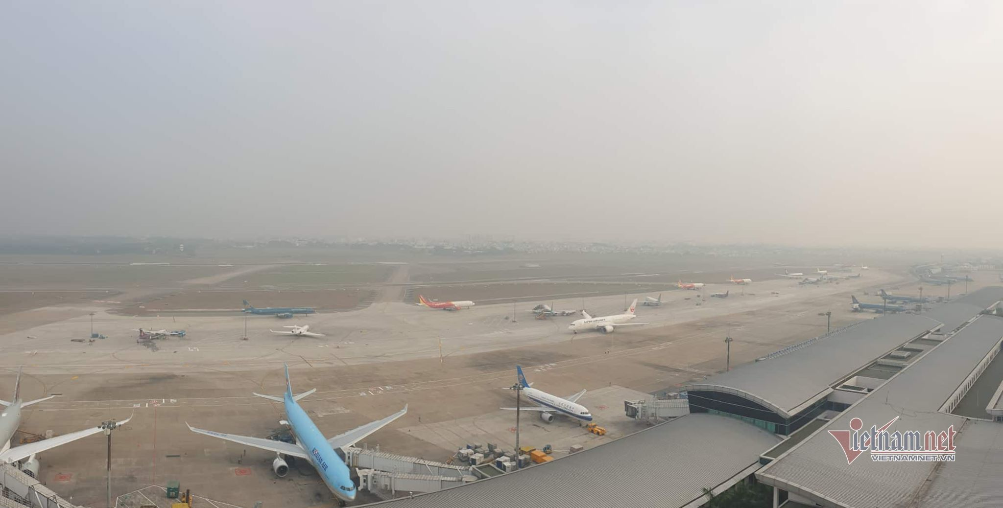 Máy bay 'tắc đường', trăm khách vạ vật ở Tân Sơn Nhất - Ảnh 8.