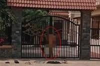 Người yêu bỏ đi lấy chồng, chàng trai Nam Định khỏa thân đứng trước cổng nhà 'ăn vạ'