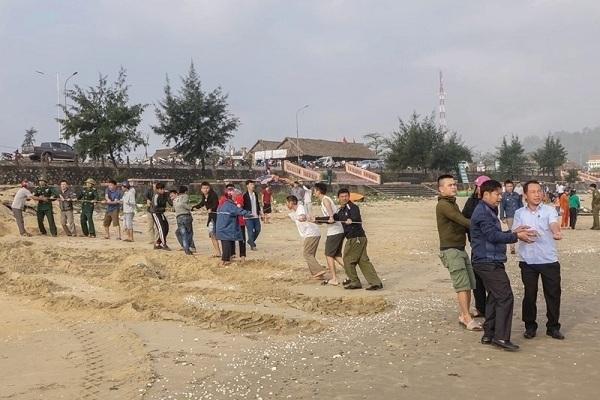 Tắm biển, 2 anh em họ ở Hà Tĩnh bị sóng cuốn mất tích