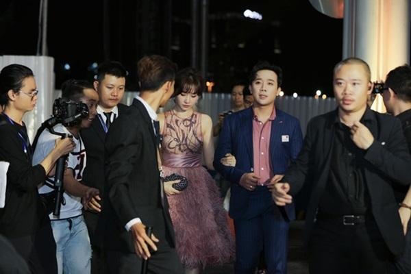 Minh Hằng, Angela Phương Trinh mất điểm vì miếng mút che ngực kém duyên