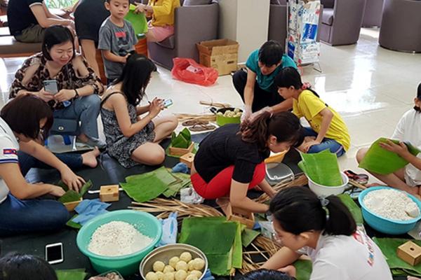 Dân chung cư ở TP.HCM rộn ràng gói bánh chưng đón Tết